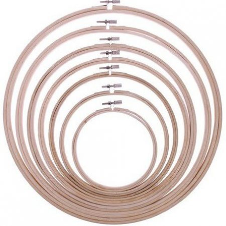 Borduurring van sterk hout. De binnenmaat van de borduurring is 26,5 cm.
