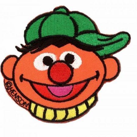 Strijkapplicatie. Ernie met groene pet op zijn hoofd.