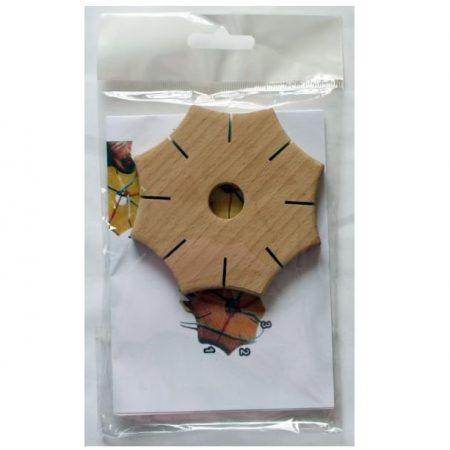Knoopster van hout. Een handig hulpmiddel voor het vlechten