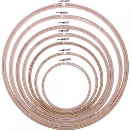 Borduurring van sterk hout. De binnenmaat van de borduurring is 19,5 cm.