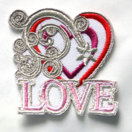 Strijkapplicatie. Geborduurd. Het woord: Love. Incl. hartjes en decoratie.