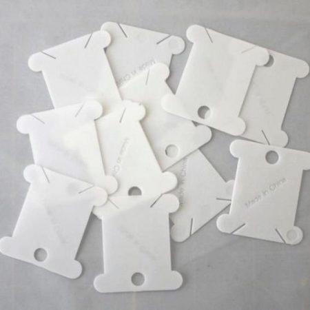 Wikkelkaartjes gemaakt van sterk kunststof. Op deze handige wikkelkaartjes kunt u al uw borduurgaren wikkelen.