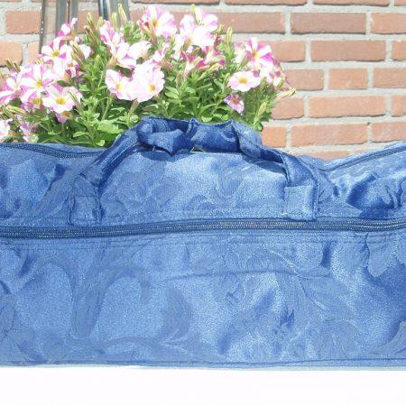 Breitas blauw met bloemmotieven in damast weefsel. Voldoende ruimte