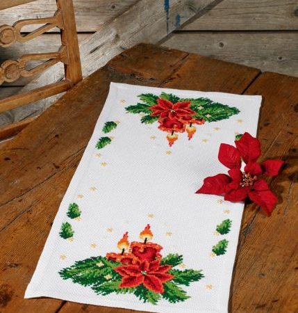Borduurpakket. Kerst tafelloper. Merk: Permin. Kerststuk met kaarsen.