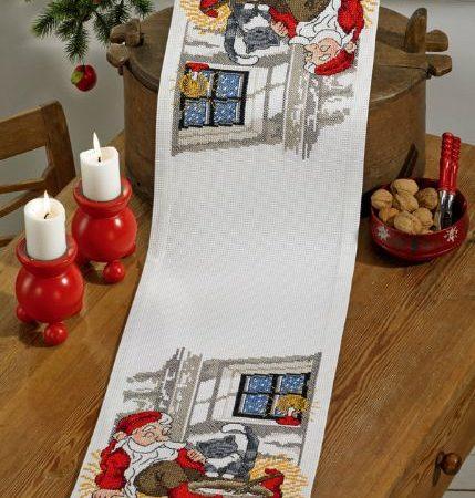 Borduurpakket. Kerst tafelloper. Merk: Permin. Slapende kerstman.