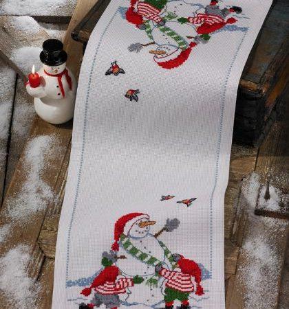 Borduurpakket. Kerst tafelloper. Merk: Permin. Kinderen en sneeuwpop.