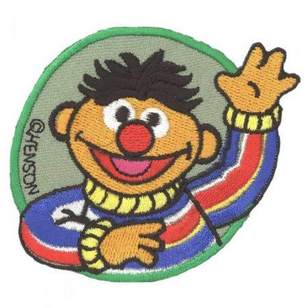 Strijkapplicatie. Geborduurd. Ernie zwaait naar jou.