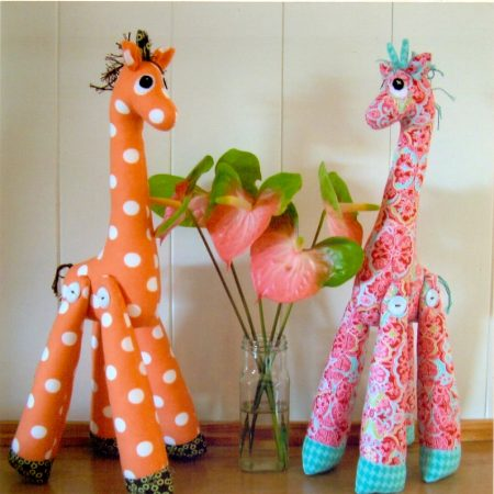 Naaipatroon Melly & Me. Mrs. Perkins. Een lieve giraffe.