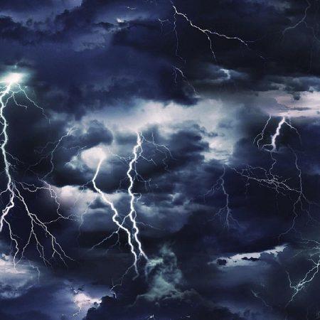 Quiltstof katoen wolkenlucht met onweer. Merk: Elizabeth's Studio