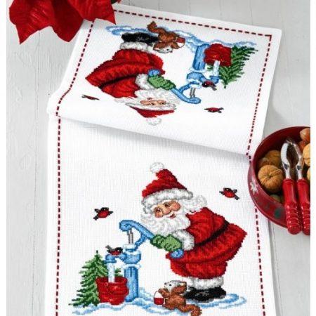 Permin kerst tafelloper aida. Met de kerstman bij een waterpomp