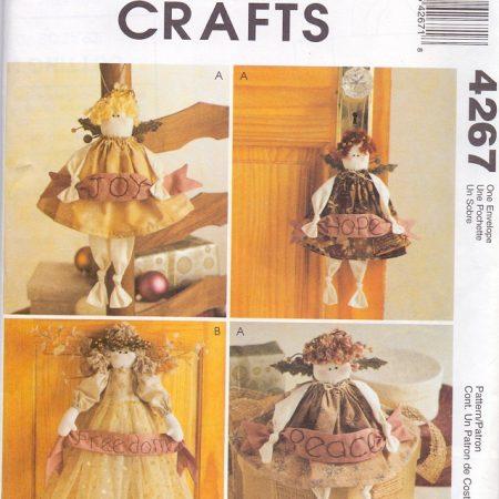 McCall's Crafts 4267 Poppen. Engelen houden een sjerp vast